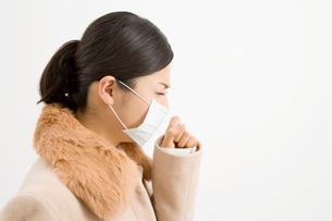 咳をする女性の写真素材 [FYI02966023]