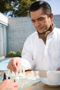チェスをする男性の写真素材 [FYI02966024]