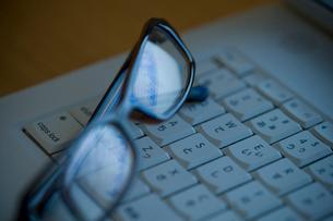 眼鏡とキーボードの写真素材 [FYI02966031]