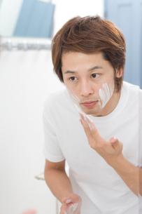 洗顔フォームを顔に付ける男性の写真素材 [FYI02966071]