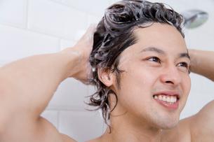 シャンプーで髪を洗う男性の写真素材 [FYI02966079]