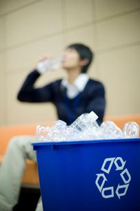 リサイクルBOXに入ったペットボトルの写真素材 [FYI02966114]