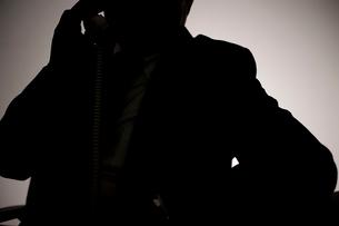 電話をかけている男性のシルエットの写真素材 [FYI02966118]