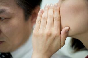 耳打ちをする女性の写真素材 [FYI02966120]