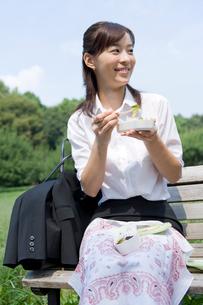 弁当を食べているOLの写真素材 [FYI02966126]