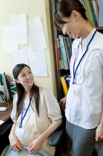 笑顔で会話している女性2人の写真素材 [FYI02966131]