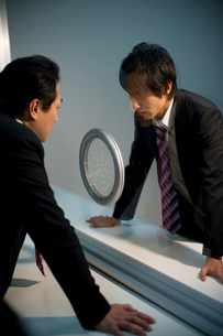 面会室で対峙するビジネスマンの写真素材 [FYI02966136]