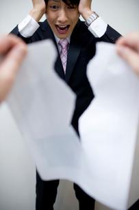 書類を破り捨てられた男性の写真素材 [FYI02966140]