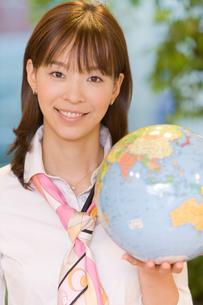地球儀を持った女性の写真素材 [FYI02966141]