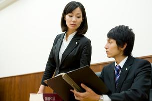 資料に目を通す弁護士の写真素材 [FYI02966158]