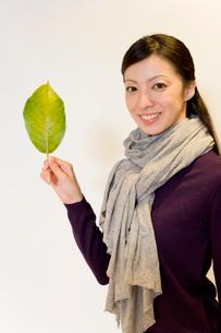 葉っぱを手に持った女性の写真素材 [FYI02966159]