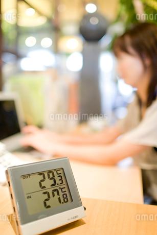 デスクの横に置かれた温度計の写真素材 [FYI02966165]