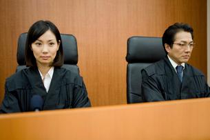 法廷に座る裁判官の写真素材 [FYI02966167]