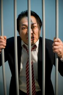 檻をつかんだビジネスマンの写真素材 [FYI02966182]