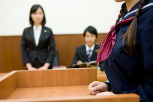 証言台に立つ高校生の写真素材 [FYI02966184]