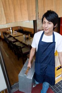岡持ちを持つ飲食店の店員の写真素材 [FYI02966197]