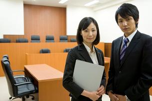 法廷の前に立つビジネスマンの写真素材 [FYI02966204]