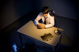 取調室に座ったビジネスマンの写真素材 [FYI02966207]
