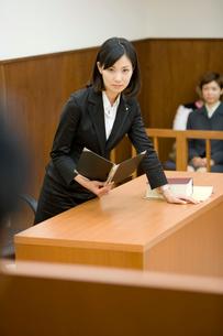 裁判官に意見を言う弁護士の写真素材 [FYI02966233]