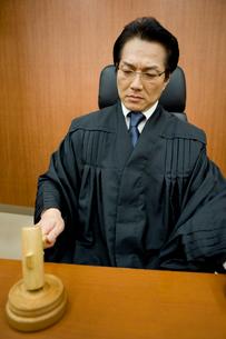 判決を下す裁判官の写真素材 [FYI02966237]