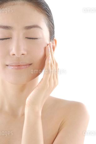 20代日本人女性のフェイスアップビューティーイメージの写真素材 [FYI02966248]