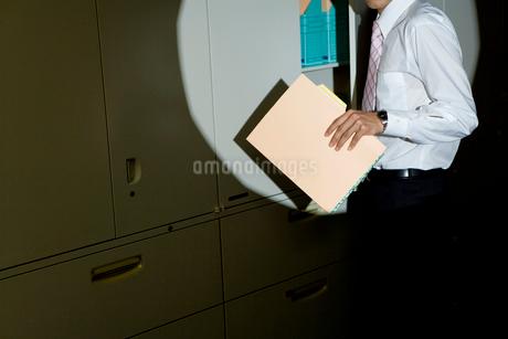 ライトに照らし出されたビジネスマンの写真素材 [FYI02966249]