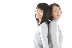 背中合わせに立つ母と娘のポートレートの写真素材 [FYI02966252]