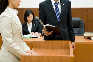 証言台に立つ女性に話しかける検事の写真素材 [FYI02966253]