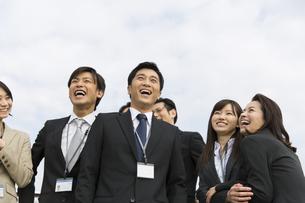 上を向いて笑うビジネス男女の写真素材 [FYI02966256]