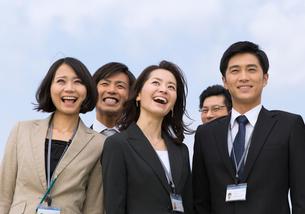 上を向いて笑うビジネス男女の写真素材 [FYI02966262]