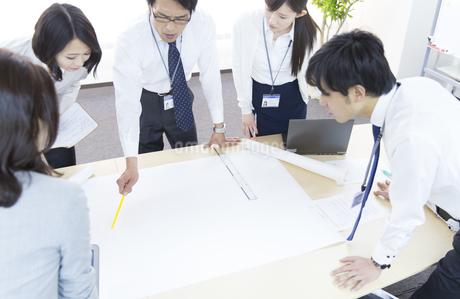 会議中のビジネス男女の写真素材 [FYI02966274]