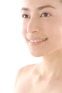 20代日本人女性のフェイスアップビューティーイメージの写真素材 [FYI02966278]