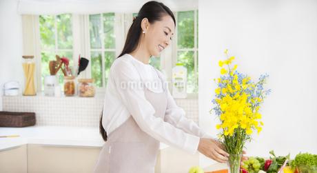花を飾る奥さんの写真素材 [FYI02966279]
