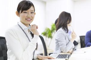 ペンを手に微笑むビジネス女性の写真素材 [FYI02966284]