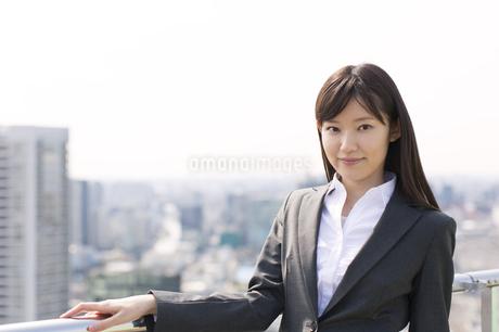 柵に手をかけて立つビジネス女性の写真素材 [FYI02966288]
