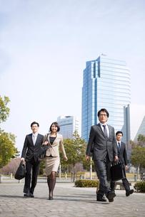 オフィス街を歩くビジネス男女の写真素材 [FYI02966322]