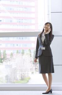 スマートフォンで話すビジネス女性の写真素材 [FYI02966329]