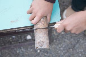 木の工作をする男の子の手元の写真素材 [FYI02966332]