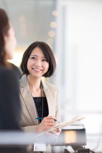 打合せをするビジネス女性の写真素材 [FYI02966336]
