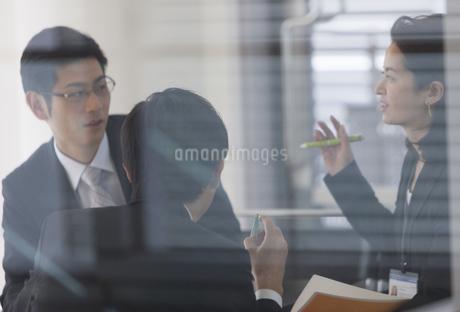 ガラスルームの中で打合せをするビジネスマンの写真素材 [FYI02966337]
