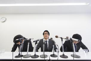 謝罪会見をするビジネス男性3人の写真素材 [FYI02966338]