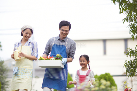 ガーデニングをするために歩く家族の写真素材 [FYI02966344]