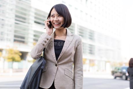 スマートフォンで話すビジネス女性の写真素材 [FYI02966346]