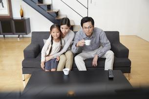 テレビを見ながら驚く家族の写真素材 [FYI02966350]