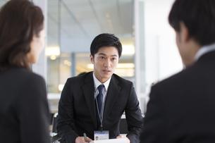 打合せをするビジネス男性の写真素材 [FYI02966355]
