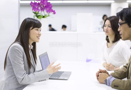 パソコンを使って接客するビジネス女性の写真素材 [FYI02966356]