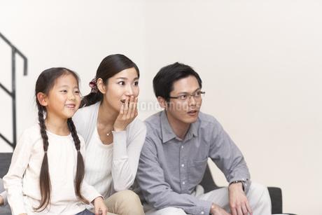 テレビを見ながら驚く家族の写真素材 [FYI02966361]