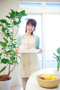 ダイニングへお茶を運ぶ女性の写真素材 [FYI02966366]