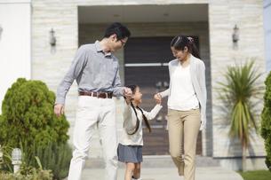 家の前で手をつなぎながら歩く女の子の写真素材 [FYI02966373]