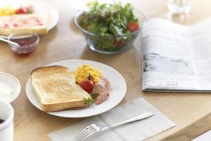 朝刊とパンやサラダなど朝食イメージの写真素材 [FYI02966376]